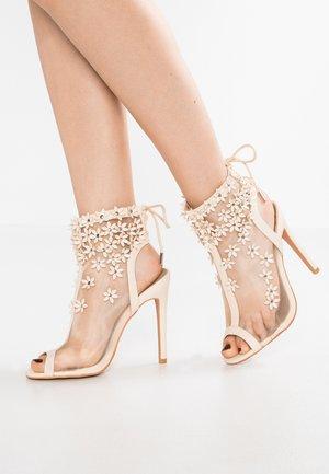 CHIC - Sandalen met hoge hak - beige