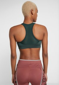Casall - ICONIC SPORTS BRA - Sports-bh'er - turning green - 2