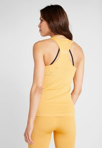 Casall - SEAMLESS CHEVRON RACERBACK - Topper - golden yellow - 2