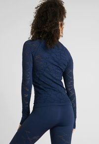 Casall - CASALL SEAMLESS STRUCTURE LONG SLEEVE - Long sleeved top - pushing blue - 2