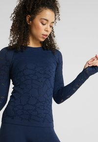 Casall - CASALL SEAMLESS STRUCTURE LONG SLEEVE - Long sleeved top - pushing blue - 4