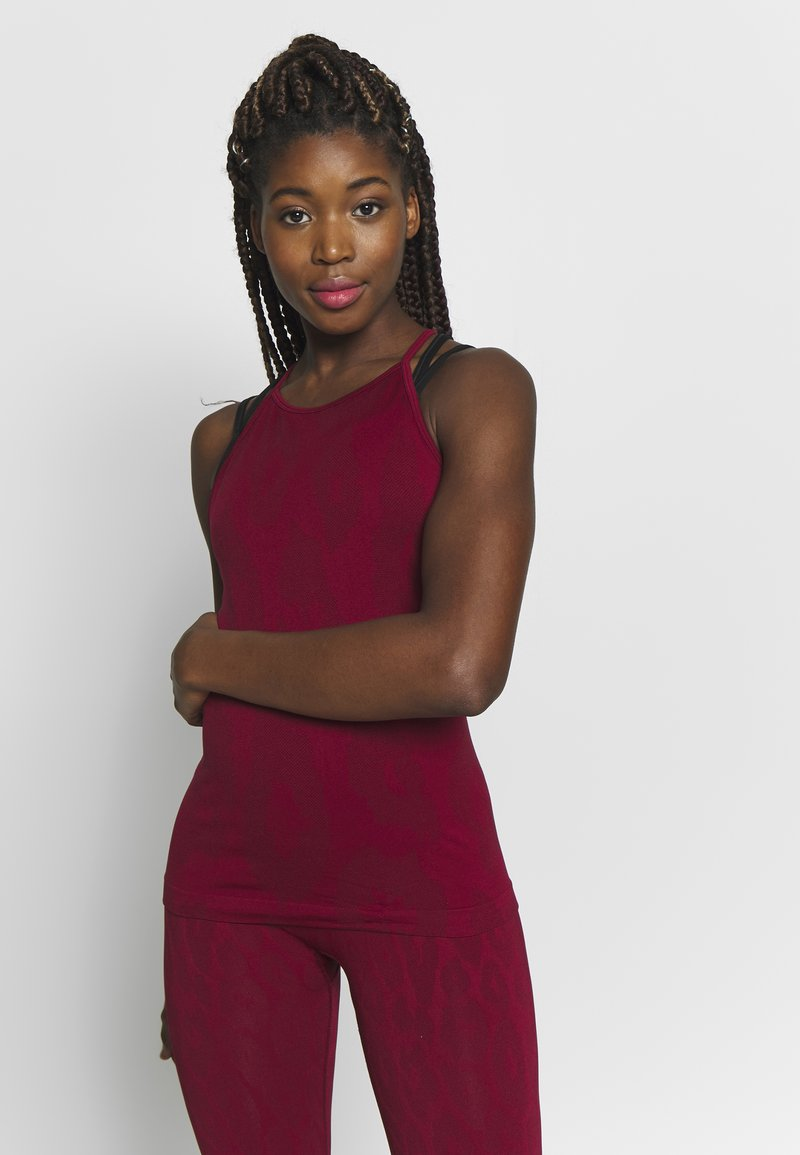 Casall - SEAMLESS LEO STRAP TANK - Top - moving red