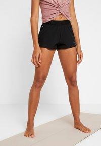 Casall - LIGHT SHORTS - kurze Sporthose - black - 0