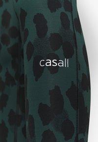 Casall - ICONIC PURE - Legginsy - pure dark green - 4