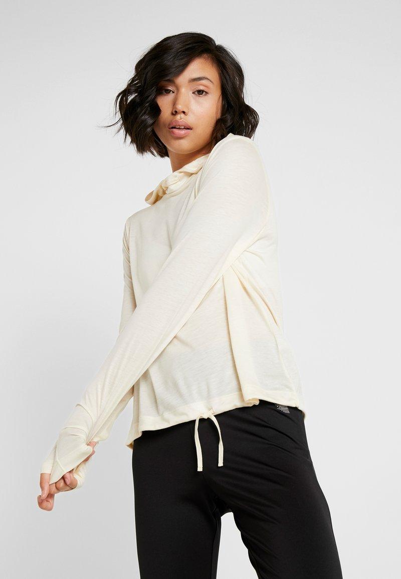 Casall - LIQUID HOOD - Långärmad tröja - core white