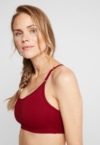 Casall - STRAPPY SPORTS BRA - Sports bra - moving red - 4