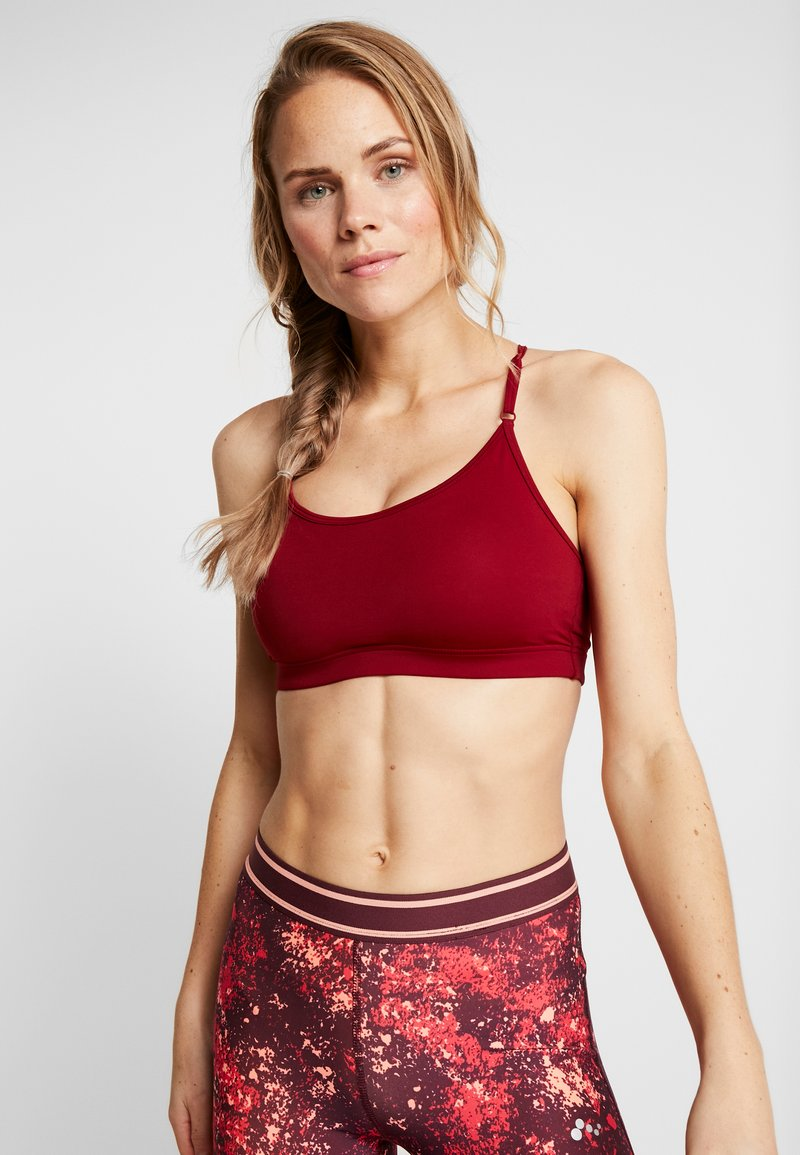 Casall - STRAPPY SPORTS BRA - Sports bra - moving red