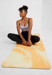 Casall - YOGA MAT NATURAL RUBBER GRIP 5MM - Fitness / yoga - golden yellow/core white - 1
