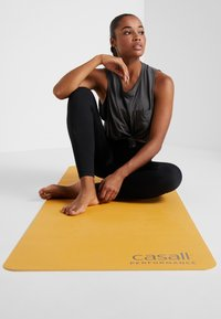 Casall - CASALL EXERCISE MAT 3MM - Fitness / yoga - golden yellow/core white - 0