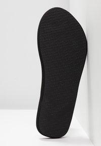 CALANDO - Sandály s odděleným palcem - black - 6