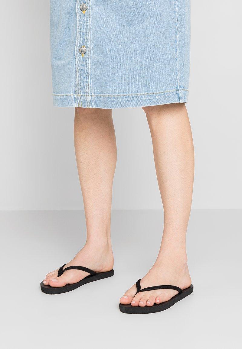 CALANDO - Sandály s odděleným palcem - black