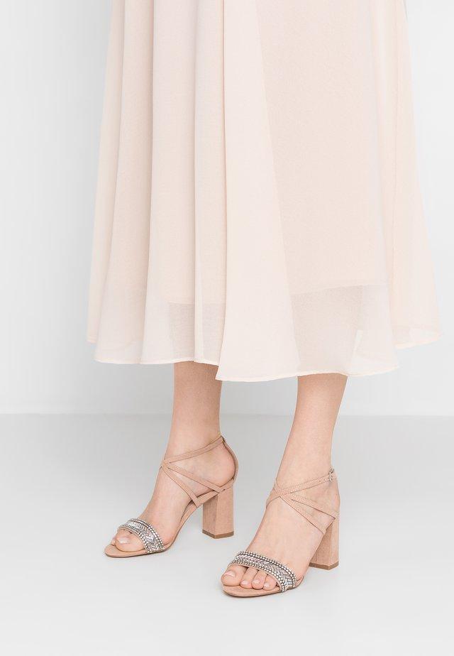GITA - Korolliset sandaalit - nude