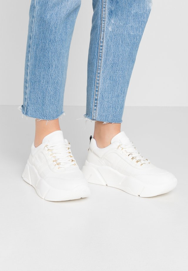 LASSITUDE - Sneaker low - white