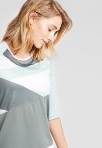 Craft - HALE - T-Shirt print - plexi/gravity - 3