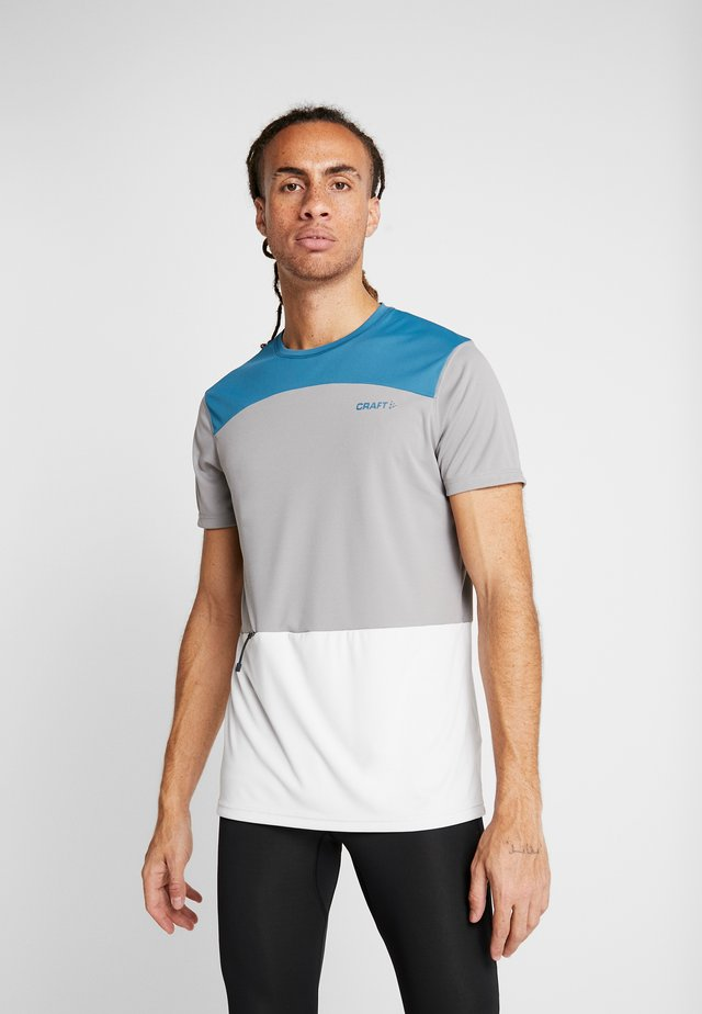 CHARGE TECH TEE  - T-shirt med print - concrete/universe
