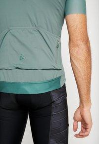 Craft - SURGE LUMEN - T-shirt z nadrukiem - moss - 5
