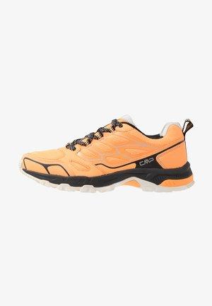 ZANIAH TRAIL SHOE - Běžecké boty do terénu - solarium/nero