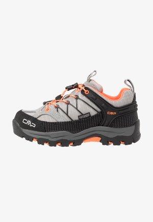 KIDS RIGEL LOW SHOE WP - Chaussures de marche - cemento/flash orange