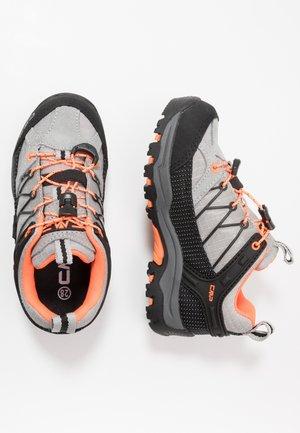 KIDS RIGEL LOW SHOE WP - Hikingsko - cemento/flash orange