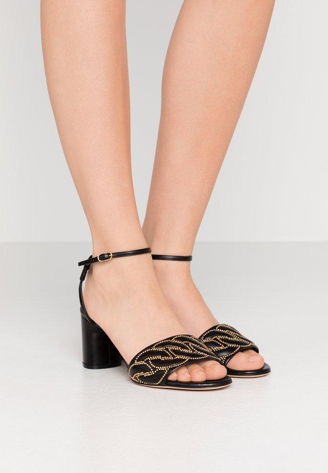 Sandaalit nilkkaremmillä - minorca nero