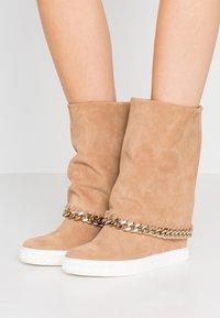 Casadei - Kotníkové boty na klínu - renna daphne - 0