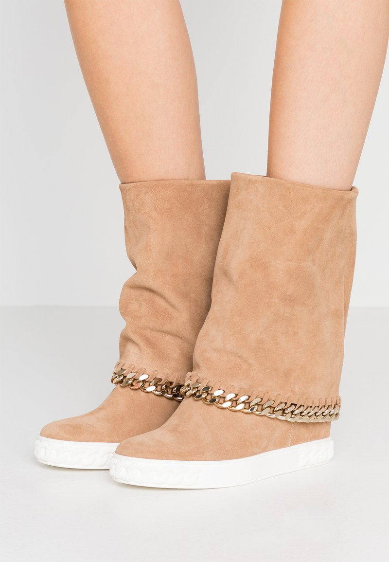 Casadei - Kotníkové boty na klínu - renna daphne