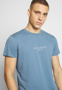 Cars Jeans - RECHARGE  - T-shirt print - light blue - 4