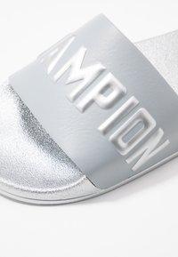 Champion - VARSITY - Sandály do bazénu - silver metallic - 2