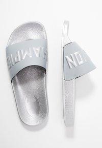 Champion - VARSITY - Sandály do bazénu - silver metallic - 3