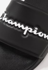 Champion - SLIDE VARSITY 2.0 - Sandały kąpielowe - black - 5