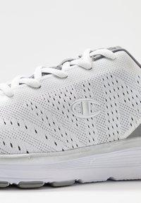 Champion - LOW CUT SHOE JANE - Sports shoes - white - 5