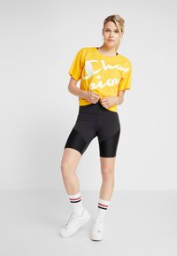 Champion - CROP  - T-shirts med print - yellow - 1