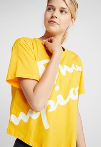 Champion - CROP  - T-shirts med print - yellow - 4