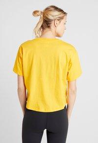 Champion - CROP  - T-shirts med print - yellow - 2