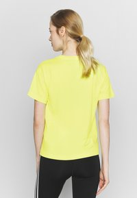 Champion - CREWNECK - Print T-shirt - yellow - 2