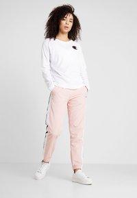 Champion - ELASTIC CUFF PANTS - Pantalon de survêtement - pink - 1