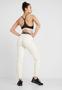 Champion - CUFF PANTS - Pantalon de survêtement - off-white - 2