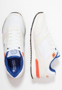 Champion - C.J. - Chaussures d'entraînement et de fitness - white/red/royal blue - 1