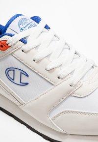 Champion - C.J. - Chaussures d'entraînement et de fitness - white/red/royal blue - 5