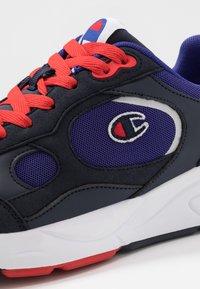 Champion - LOW CUT SHOE LEXINGTON - Sportovní boty - blu/red - 5