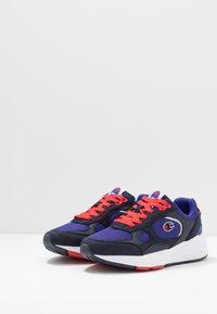 Champion - LOW CUT SHOE LEXINGTON - Sportovní boty - blu/red - 2