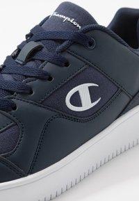 Champion - LOW CUT SHOE REBOUND - Basketball shoes - navy - 5