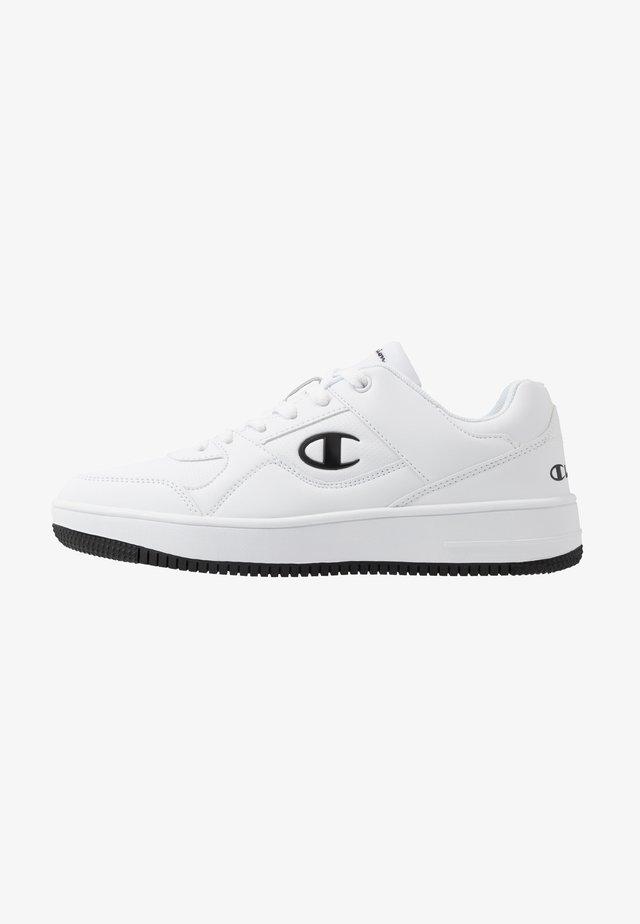 LOW CUT SHOE REBOUND - Basketball shoes - white/black