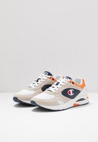 Champion - MID CUT SHOE NEW TORRANCE - Sportschoenen - white/navy/orange - 2