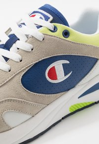 Champion - MID CUT SHOE NEW TORRANCE - Obuwie treningowe - white/royal/lime - 5