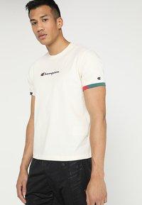 Champion - RINGER - T-shirt print - off white/green/blue/red - 0