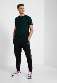 Champion - CREWNECK - Camiseta básica - dark green - 1