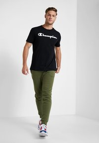 Champion - CREWNECK - T-shirt z nadrukiem - black - 1