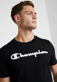 Champion - CREWNECK - T-shirt z nadrukiem - black