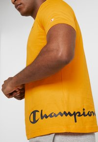 Champion - CREWNECK  - Print T-shirt - yellow - 3